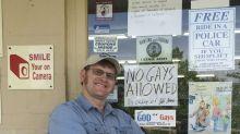 Americano proíbe entrada de gays em sua loja e internet não perdoa