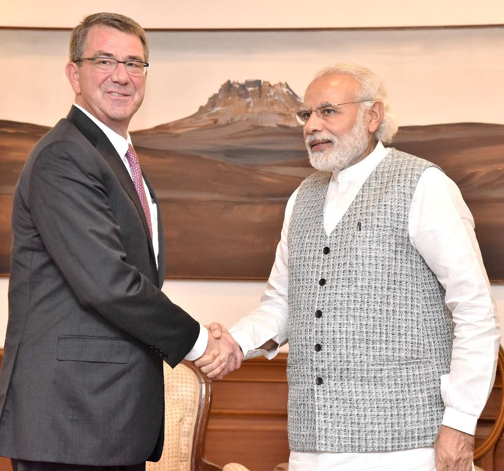 US Defence Secretary Ashton Carter (L) meets with Indian Prime Minister Narendra Modi in New Delhi on April 12, 2016 (AFP Photo/)