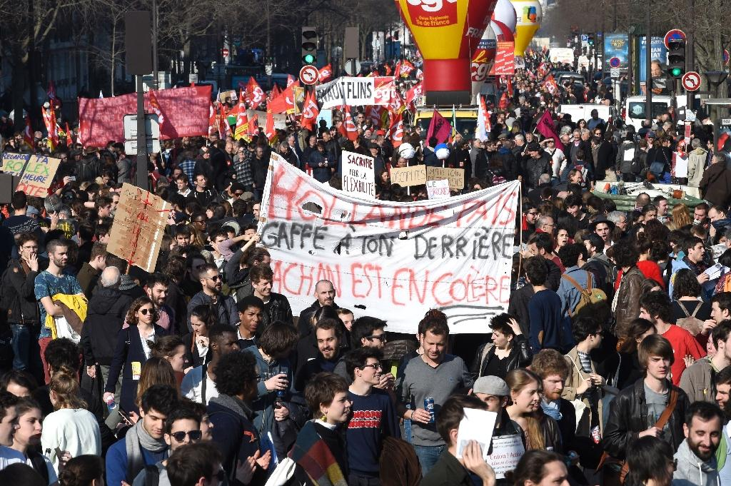 """Students hold a banner reading """"Hollande be careful, Cachan university is angry"""" during a demonstration against the government's proposed labour reform on March 17, 2016 in Paris (AFP Photo/Miguel Medina)"""