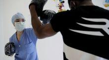 Excampeón da clases de boxeo en hospital en plena pandemia