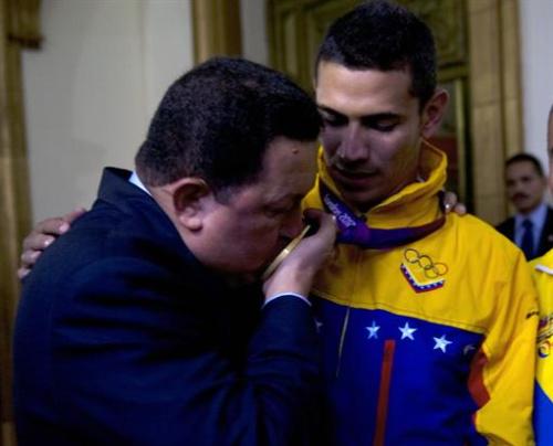Esgrima - Chávez le entrega réplica de la espada del Libertador al esgrimista Limardo