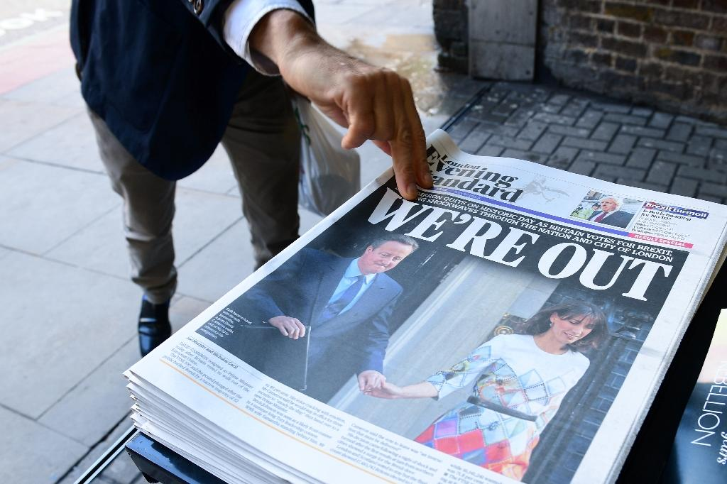 A man takes a copy of the London Evening Standard reporting Britain's vote to leave the EU in a referendum in London on June 24, 2016 (AFP Photo/Leon Neal)