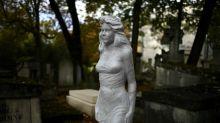 Surréalisme, mystère et poésie: le cimetière du Père-Lachaise à Paris entretient sa légende