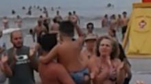 Perdió a su hijo en la playa y la gente tuvo la mejor idea para ayudarle