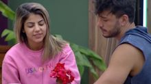 """A Fazenda"": Hariany ganha buquê de flores e aceita pedido de namoro"