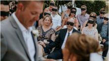 Convidados de casamento vendam os olhos em solidariedade à noiva que perdeu a visão