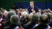 Le plan d'Emmanuel Macron pour séduire les maires