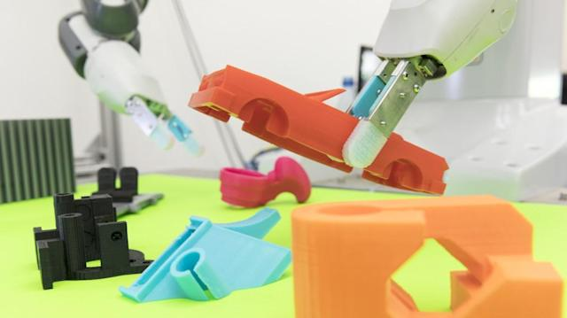 Robot uses machine-learning to grab objects on the first try