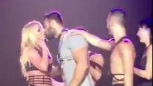¡Britney besa a su novio sobre el escenario!