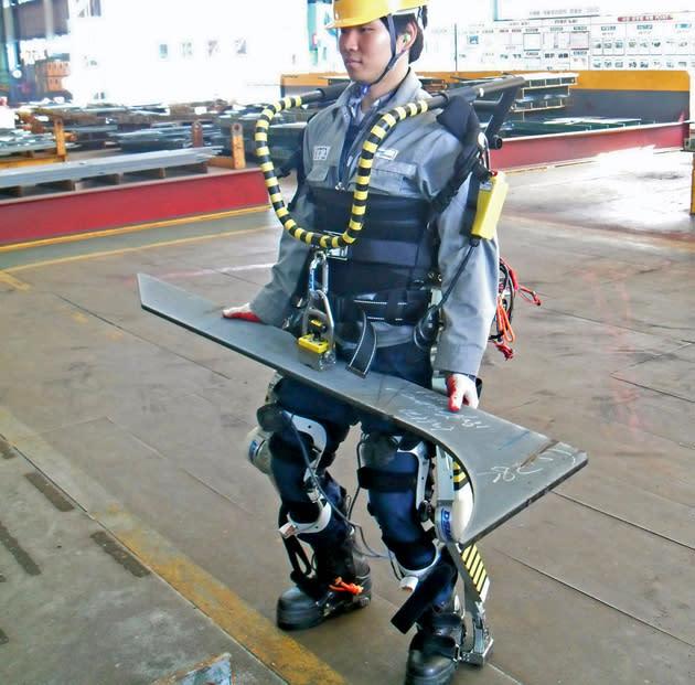 RoboShipbuilder: Exoskelett für Werftarbeiter wuchtet fette Stahlteile mit links