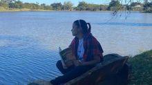 Após término polêmico, Maiara posa com livro de autoajuda