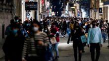 Numero chiuso nelle piazze, divieto di fumo in strada: le mini-norme di Regioni e Comuni per evitare assembramenti