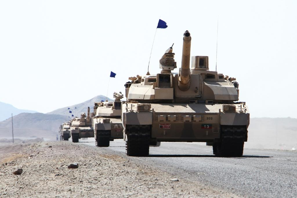 Saudi tanks are deployed in the Yemeni coastal district of Dhubab, during a military operation against Shiite Huthi rebels on January 7, 2017 (AFP Photo/Saleh Al-Obeidi)