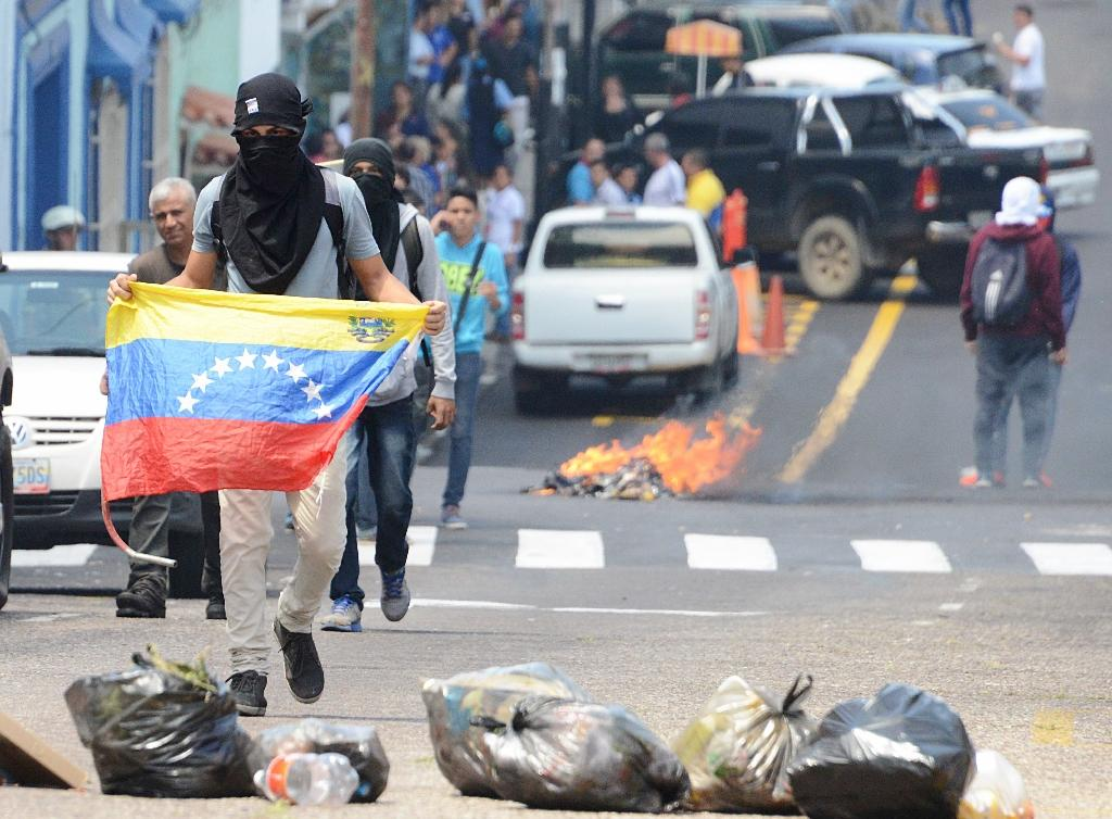 Students clash with riot policemen during a protest in San Cristobal, state of Tachira, Venezuela on October 24, 2016 (AFP Photo/George Castellanos )
