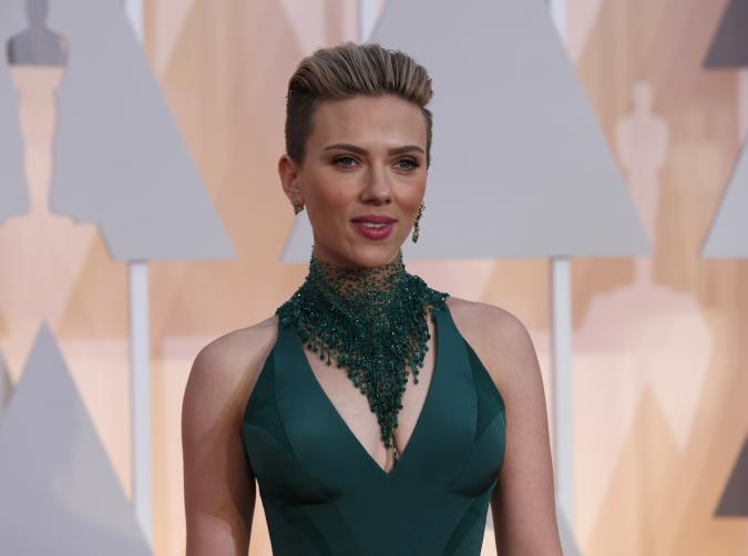 Actress Scarlett Johansson wears a Versace gown as she arrives at the 87th Academy Awards in Hollywood, California February 22, 2015.     REUTERS/Mario Anzuoni (UNITED STATES  - Tags: ENTERTAINMENT)     (OSCARS-ARRIVALS)