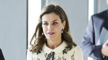 La reina Letizia pone a todos a hablar con este fino vestido de flores grises; ¡qué clase!