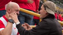 Amistad incondicional: así ayuda a su amigo sordo y ciego a seguir un partido de futbol
