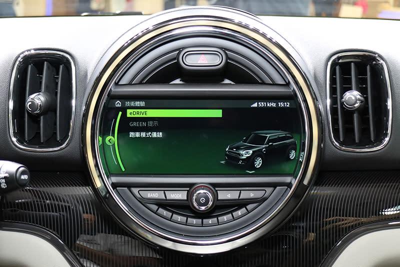 中央螢幕上可顯示即時能源分配。