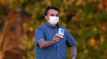 Bolsonaro se reúne com simpatizantes em Brasília após testar negativo para o coronavírus