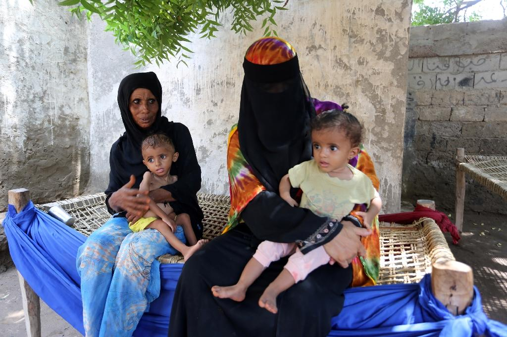 Yemeni women sit with their malnourished children on September 26, 2016 in an impoverished coastal village on the outskirts of the rebel-held Yemeni port city of Hodeida (AFP Photo/)