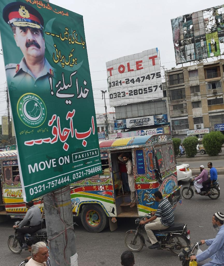 Pakistani commuters drive past posters of army chief General Raheel Sharif in Karachi on July 12, 2016 (AFP Photo/Rizwan Tabassum)