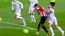 """""""Liga preparada"""": indignación por un penalti no señalado contra el Real Madrid en el que ni siquiera intervino el VAR"""