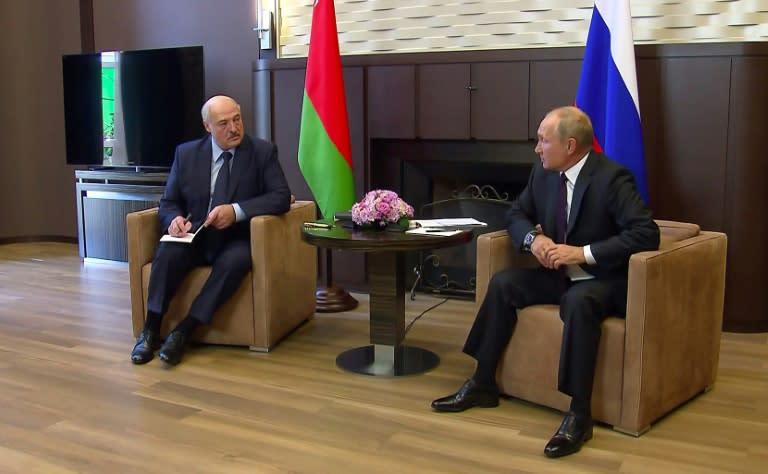 Russian President Vladimir Putin (r) hosted his Belarus counterpart Alexander Lukashenko in the Black Sea resort of Sochi