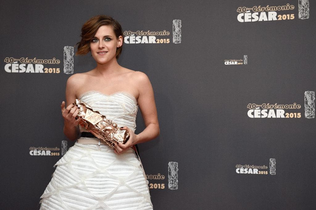 "Kristen Stewart with her Cesar Award for best supporting actress for her role in ""Clouds of Sils Maria"" on February 20, 2015 in Paris (AFP Photo/Martin Bureau)"