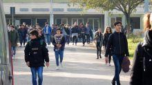 """""""Meno chat scolastiche per frenare la violenza contro i prof"""": Le regole dei presidi per i genitori"""