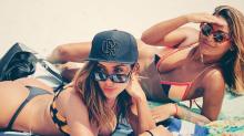 Anitta vai à praia com amiga e boné da cantora gera polêmica