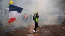 Generalstreik in Frankreich: Trikolore in Tränengas