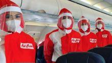 Estampas de una nueva forma de viajar: robots desinfectantes y azafatas con uniformes de protección total