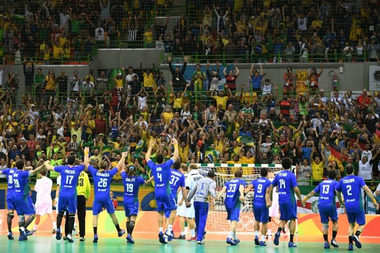 51ac1f19fc67d Jogadores da seleção brasileira de handebal comemora vitória sobre a  Alemanha
