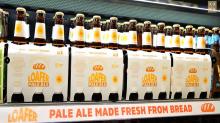 La brillante idea de un súper australiano: elaborar cerveza con el pan que no consiguen vender