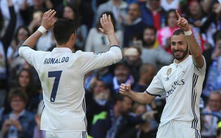 Cristiano Ronaldo y Karim Benzema celebran un gol contra el Alavés, en el Santiago Bernabeu, Madrid, España.