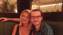 Frau entdeckt Ehemann auf altem Kinderfoto