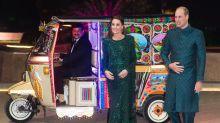 Kate Middleton y el príncipe William llegan en tuk tuk al Monumento de Pakistán