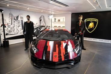 最牛時尚─Lamborghini「The Lounge Tokyo」開幕,與山本耀司攜手推出聯名服飾、展示彩繪Aventador S!