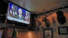 Los latinos prefieren a Biden frente a Trump y reprueban su mandato, según un sondeo