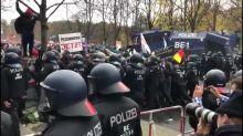 """A Berlin, la police disperse au canon à eau une manifestation d'""""anti-masques"""""""