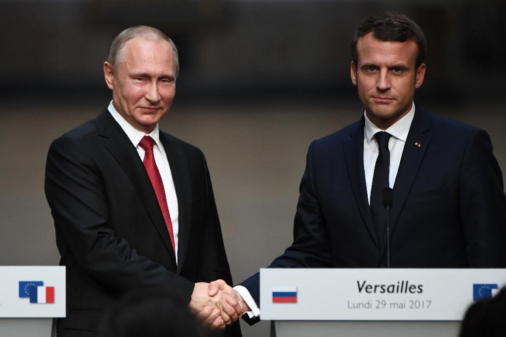 French President French President Emmanuel Macron shakes hands with Russian President Vladimir Putin following their meeting at the Versailles Palace, near Paris (AFP Photo/CHRISTOPHE ARCHAMBAULT)
