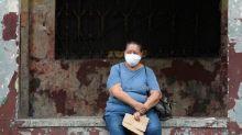 El retiro de los fallecidos se demora en Guayaquil, pese a que Ecuador recoge unos 100 en tres días