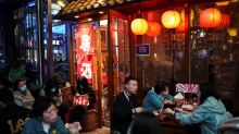 Bares llenos y modelos sin mascarilla: La relajación de las restricciones reactiva el consumo en China