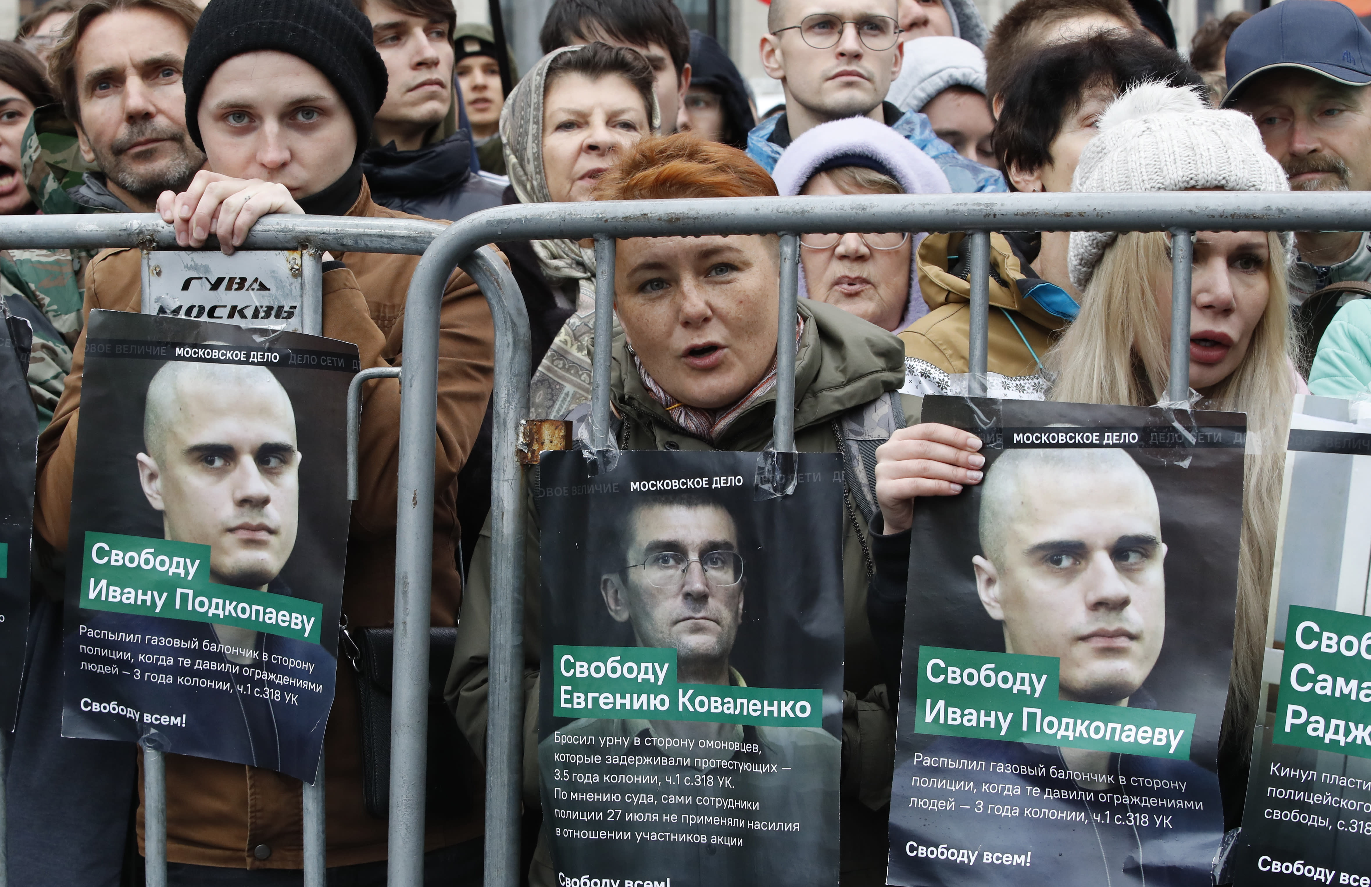 Navalny calls for release of political prisoners at Moscow rally