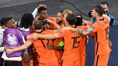 Denzel Dumfries goal gives Holland victory after battling Ukraine comeback