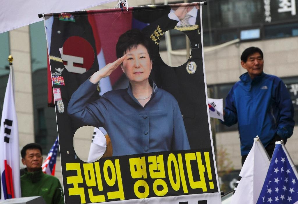 Supporters of Park stand next to a picture demanding her release outside the Seoul Central District Court (AFP Photo/Jung Yeon-je)