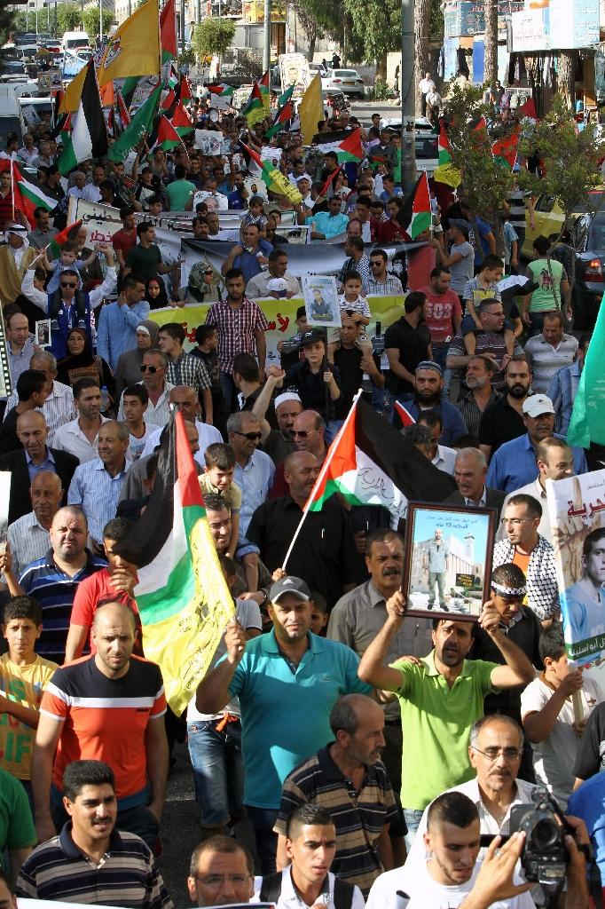 Palestinians demonstrate in support of Palestinian prisoners held in Israeli jails, especially Mohammed Allan who has slipped into a coma after a nearly two-month hunger strike, on August 17, 2015 in the West Bank city of Hebron (AFP Photo/Hazem Bader)