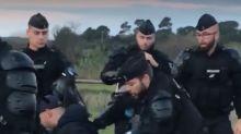 Gilets jaunes : la vidéo d'une altercation entre un homme en fauteuil roulant et des gendarmes indigne