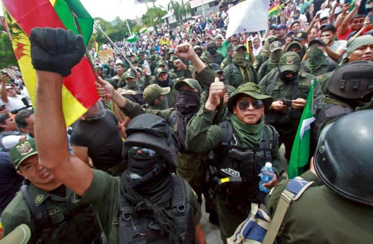 Police officers march with protesters against Bolivian President Evo Morales in Santa Cruz, Bolivia, on November 9, 2019 (AFP Photo/DANIEL WALKER)
