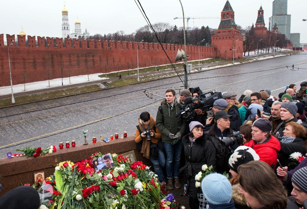 Russian mourners gather at the spot where opposition leader Boris Nemtsov was shot dead near St Basil's Cathedral in Moscow, on February 28, 2015 (AFP Photo/Alexander Utkin)